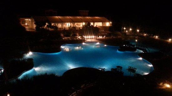 Mutxamel, Espagne : Vista de noche de la piscina en 2nda planta