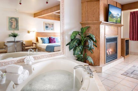 Newmarket, Canada: Jacuzzi room with King bed, Fireplace and Jacuzzi