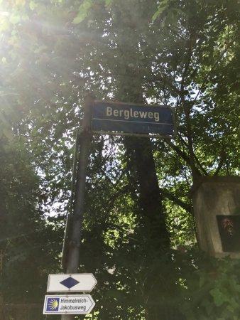 Schlosscafe: Den Bergleweg hoch gehen.