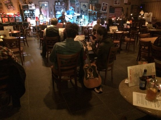 Monteagle, TN: The Music Room is cozy comfortable candle lit room, no smoking, family friendly.