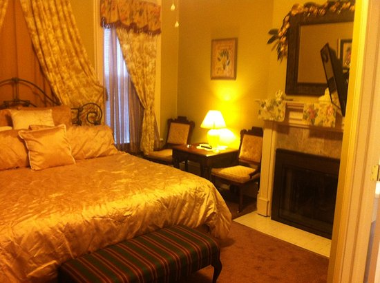 Steubenville, OH: Room W2 bed, seating area and fireplace.