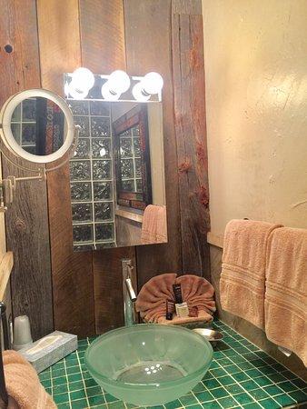 Avila Beach, CA: Avila experience bathroom ,mix old barn wood with beautiful glass tile