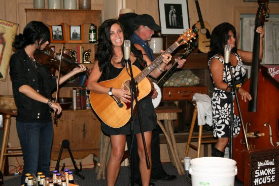 Monteagle, TN: Great Entertainment every Friday and Saturday night, no cover charged