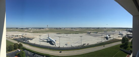 Renaissance Concourse Atlanta Airport Hotel: Inside room and panorama runway view from runway side room