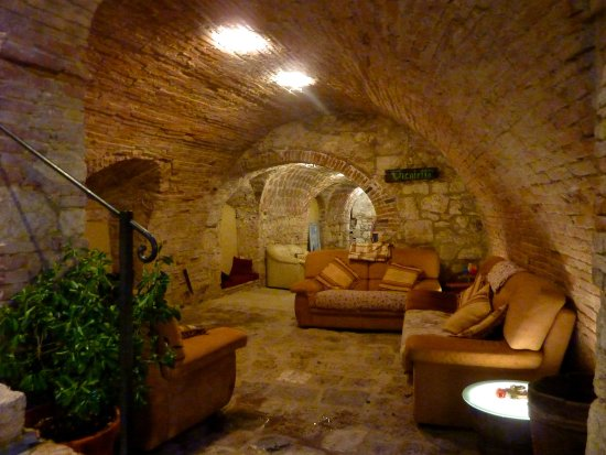 Sarteano, Italia: Intimate seating below the dining area