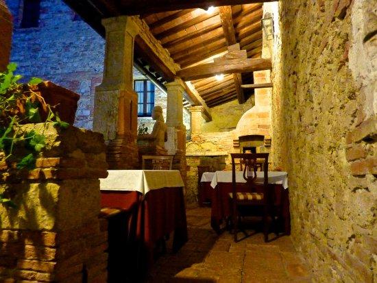 Sarteano, Italia: Dining on the terrace at Chiostro Cennini