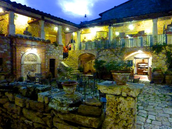 Sarteano, Italia: Larger view of the Courtyard of Chiostro Cennini