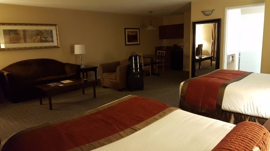 Tuscany Suites & Casino: This is a standard 2 bed room; also has a desk & lamp