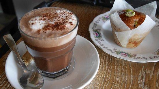 brioche aux pistaches et chocolat chaud au lait d 39 amandes picture of cafe dei campi montreal. Black Bedroom Furniture Sets. Home Design Ideas