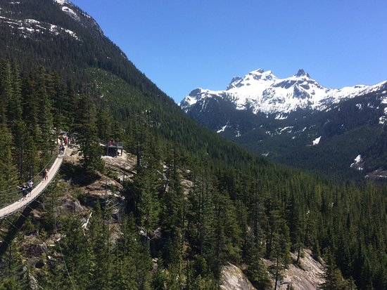 Squamish, Canadá: Suspension bridge Ledge Mountain, Sky Pilot Mountain and Co-Pilot Mountain in the background.