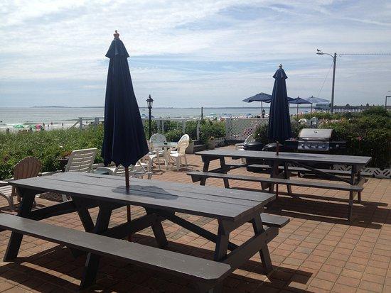 Sandpiper Beachfront Motel: Patio and barbeque area