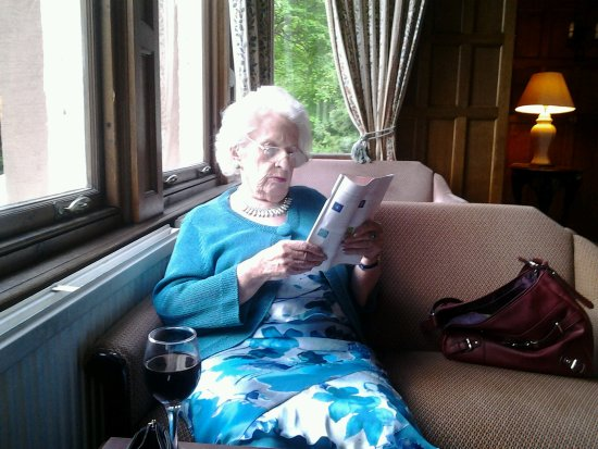 Bay Highland Hotel: Mum relaxing with a glass of vino