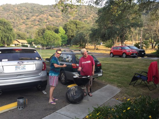 Three Rivers, CA: Grills to share