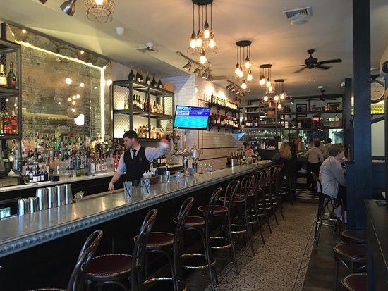 Δυτικό Χάρτφορντ, Κονέκτικατ: Bar area view to the back