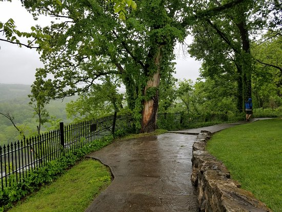 Point Lookout, MO: Walkway around campus
