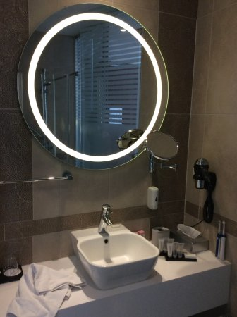 Grand Hotel Downtown: The bathroom was very modern, efficient and classy