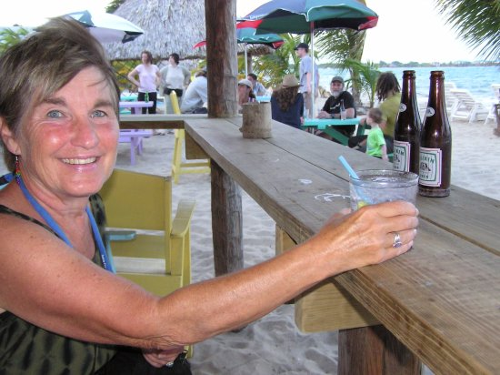 Ranguana Lodge: Small beachside bar drinking Belikin Beer in Placentia, Belize