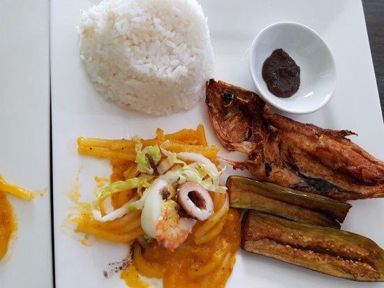Marikina, Filippinene: Fiesta meal with bangus and pancit malabon