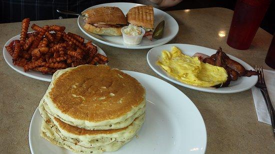 Sunnyside, Nowy Jork: Brunch Cubano  & Eggs,BaconSausage & pancakes_large.jpg