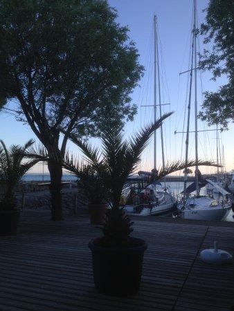 Hauterive, İsviçre: Aperçu de la terrasse au soir tombant