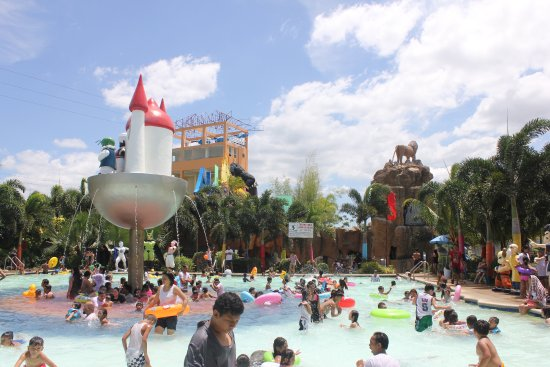 Amana Waterpark: Crowded!!!
