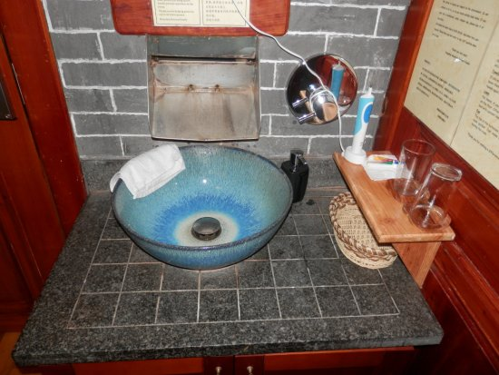 Yangshuo Mountain Retreat: Amazing washbasin and faucet
