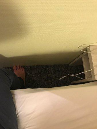 Olivet, Frankrike: Solo cabe un pie entre la cama y la pared