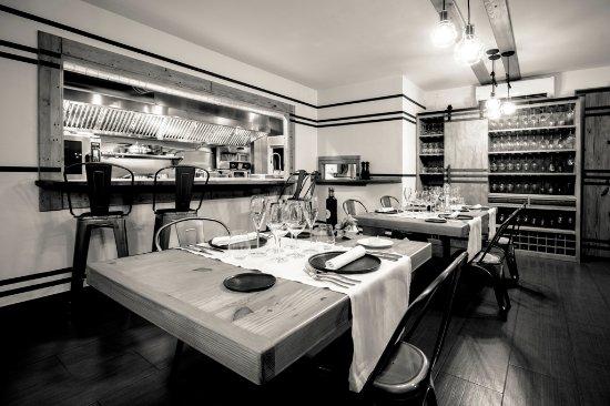 Cornudella de Montsant, Spain: La cocina totalmente vista de Quatre Molins. Pocas mesas y ambiente agradable.