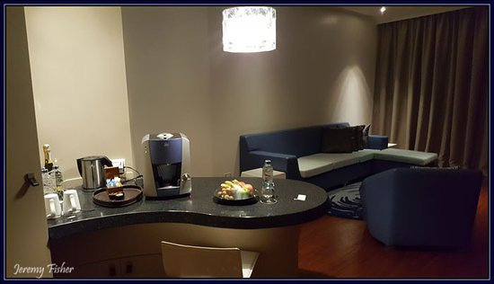 Hotel Baraquda Pattaya - MGallery by Sofitel: The beautiful girls at the front desk. Mo, May, Pepe, Gigi