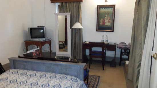 Neemrana's - Baradari Palace: Enough Space...and do not miss the sofa....next to bed