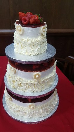 Huetor Tajar, Spain: Preciosa tarta de bodas con bizcocho de chocolate y mousse de queso con mermelada de frutos rojo