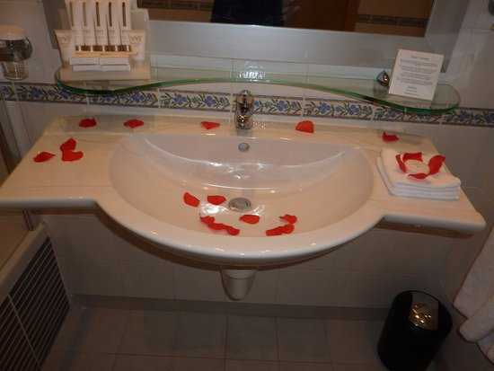 Marina Hotel Corinthia Beach Resort: LOVELY RED PETALS DECORATING OUR BATHROOM