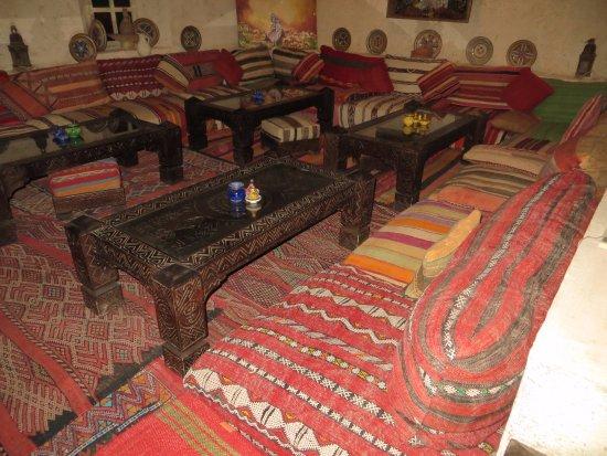 l 39 un des endroit o vous pouvez vous poser pour manger photo de la kasbah des sables. Black Bedroom Furniture Sets. Home Design Ideas