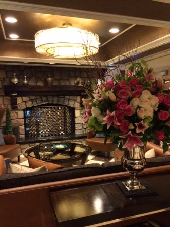Woodbury, Нью-Йорк: Lobby foyer with gorgeous fresh flower arrangement!