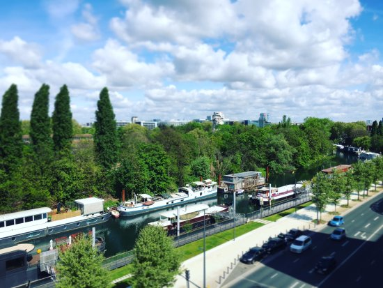 Issy-les-Moulineaux, France: Lovely view of the Seine and house boats from our room.