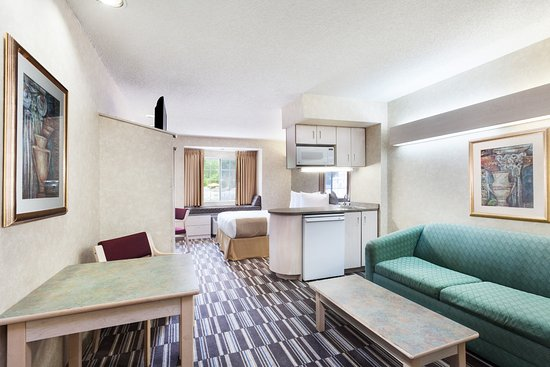 Microtel Inn & Suites by Wyndham Decatur: Queen Suite w/ sofa bed