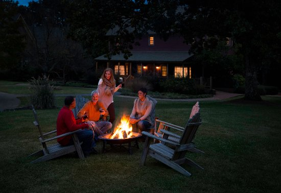 Adairsville, Geórgia: Relax around one of our cozy firebowls throughout the village.