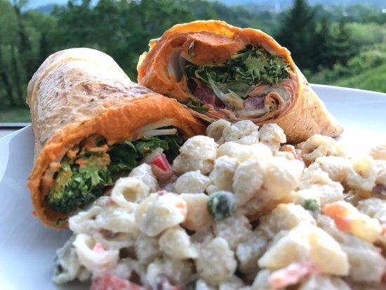 Waynesville, Carolina do Norte: Hummus Wrap + Pasta Salad