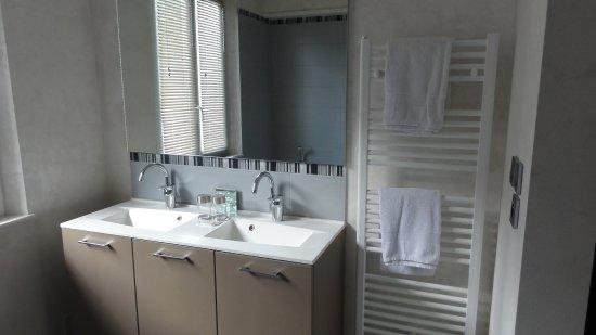 Saint-Claude, Guadeloupe: salle de bains bien renovée