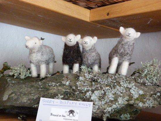 Sedbergh, UK: Sally needlefelts sheep.