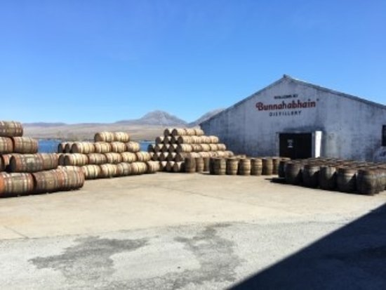 Порт-Аскейг, UK: Bunnahabhain Distillery with Jura in the background