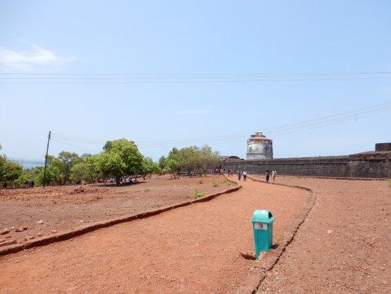 Sinquerim, Indien: Walk towards the Fort