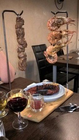 Brie-Comte-Robert, Francia: Brochettes de gambas et de viande accompagnées d'un chorizo