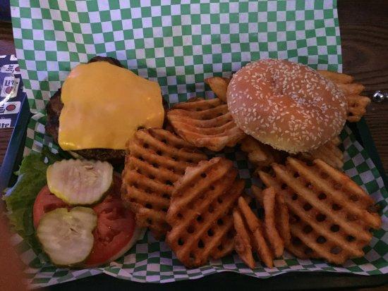 ลิเบอร์ตีวิลล์, อิลลินอยส์: Tuesday night is Cheeseburger night. Waffle fries were extra and well worth it.