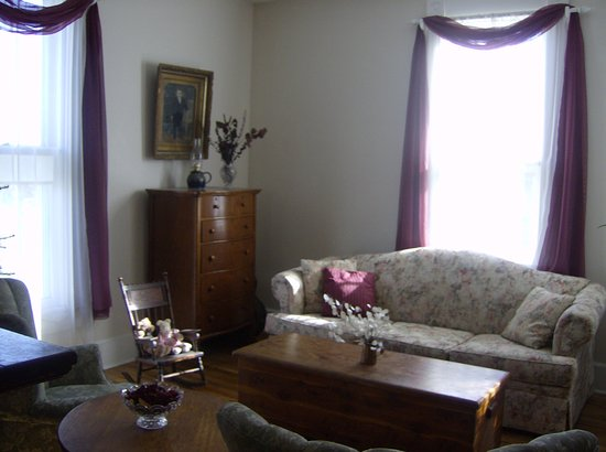Homeplace Bed and Breakfast: Parlor