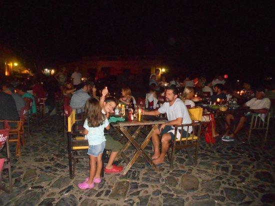 Pulperia de los Faroles : todas las mesas estaban afuera por el calor.