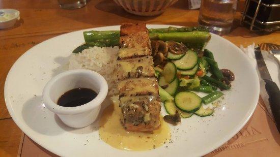IslaGrill: salmon con salsa de ostion y verduras