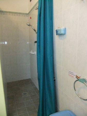 Affittacamere Le Valli Foresteria Lombarda : doccia del bagno camera matrimoniale