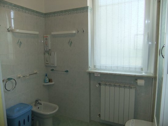 Affittacamere Le Valli Foresteria Lombarda : bagno della camera matrimoniale