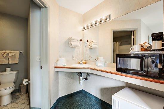 Beach House Inn : King Standard Room-Bathroom view